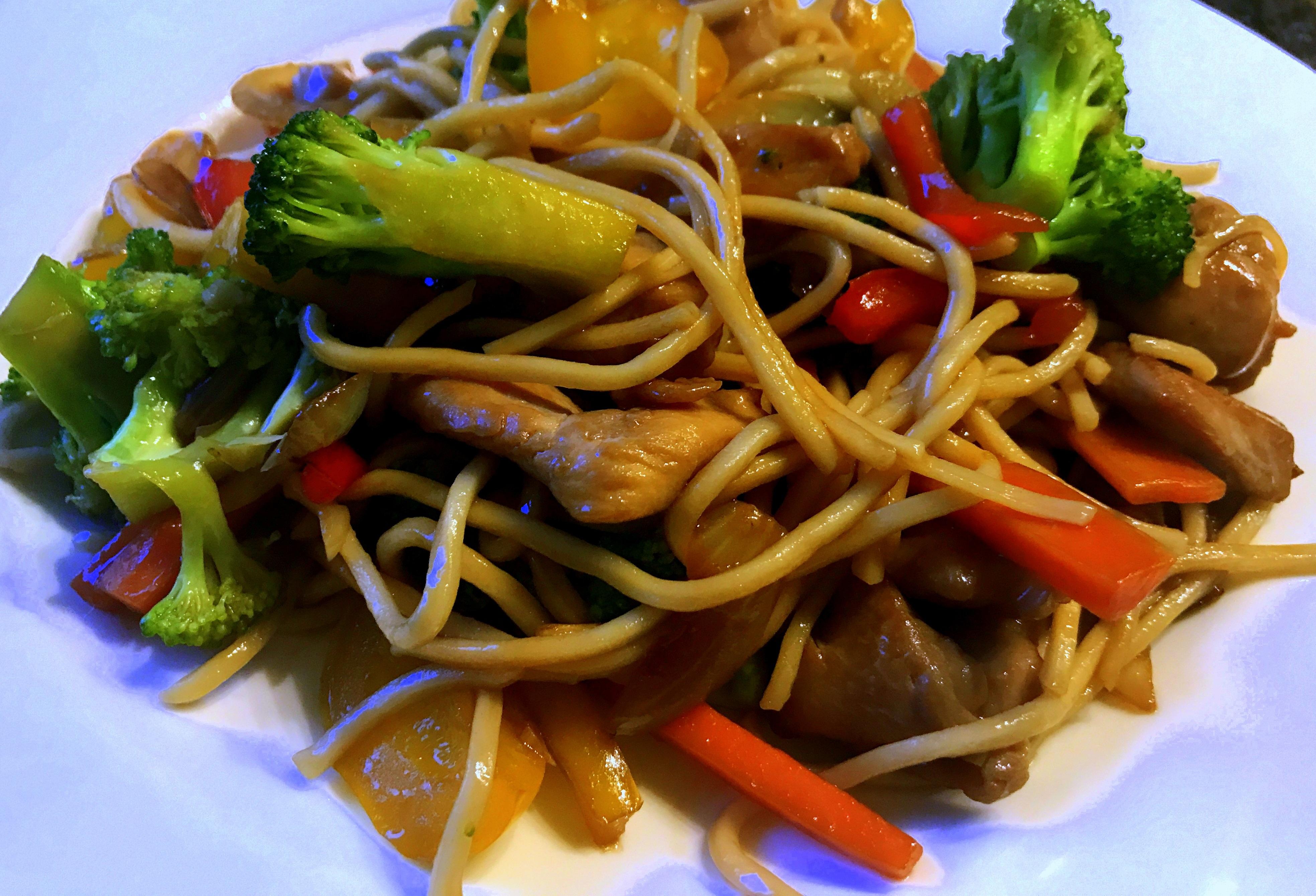 Kurczak z Warzywami i Makaronem w Sosie Ostrygowym