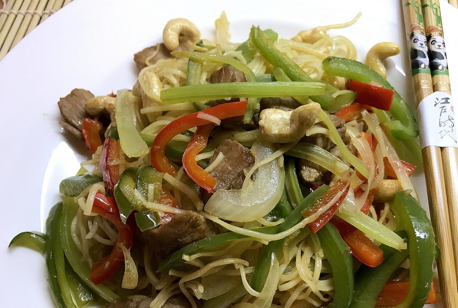 Wieprzowina z Makaronem Chow Mein Warzywami Oraz Orzechami Nerkowca