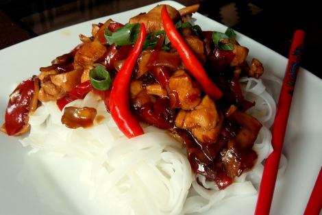 Kurczak Smażony z Warzywami i Makaronem Ryżowym